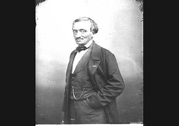 Antoine Elwart, main dans la poche du pantalon