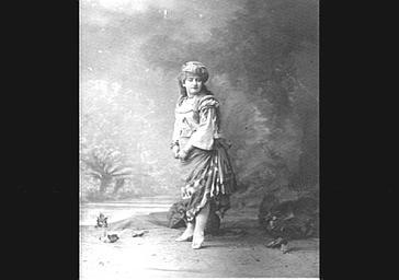 Mlle Théol, dans 'Les Pilules du diable'