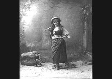 Mme Grisier Montbazon, dans 'La Mascotte'