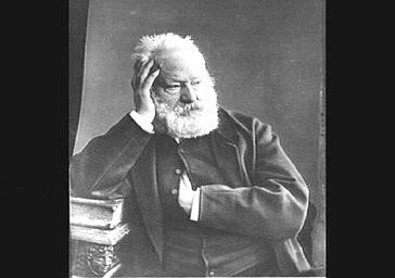 Victor Hugo, se tenant la tête