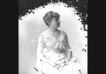 Mlle Tillon, dans 'Marquise'