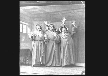 Messieurs Lucien Fugère, Samary et Bernard habillés en béguines dans 'Le Troisième Hussards'