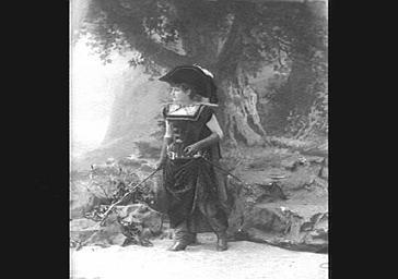 Sarah Raphael, en costume de chasse, dans 'Le Petit Poucet'