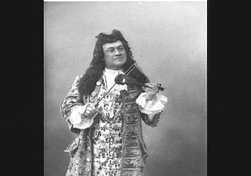 M. Grivot jouant un violon miniature, dans 'Le Roi l'a dit'