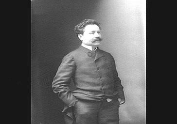 M. Porel, directeur du théâtre de l'Odéon, mains dans les poches,