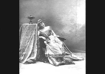 Léonie Pitter, dans 'Les Saturnales'