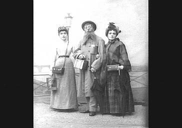 Mlle Burty, Edouard Georges et et Emma George, dans 'En Scène, Mesdemoiselles'