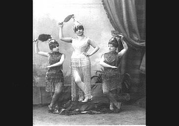Mlles Montforte, Lolita et Lyon, dans 'Paris exposition'