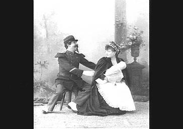 Diane Eckert, tenant un bébé, et Edouard Georges, dans 'En Scène, Mesdemoiselles'