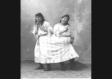 Edouard Georges et Armand Victorin, travestis, dans 'Les Marionnettes de l'année'