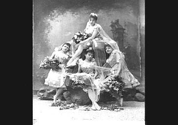 Groupe de danseuses, dans 'Le Pays de l'or'