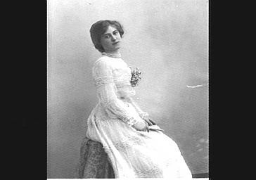 Mlle S. Demay, dans 'Les Demi Vierges'
