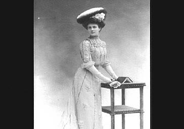 Mademoiselle Odette, avec un chapeau de la maison Camille Roger