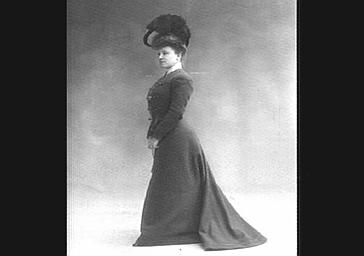 Gilberte Guelin, en costume tailleur
