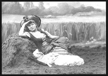 Jeanne Granier, chanteuse, avec des agneaux