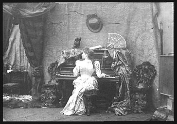 Mme Norry, jouant du piano