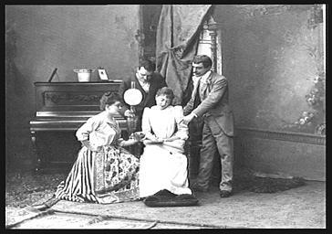 MM. Paul Regnard et Gildes et Mme Dezoder, Mlle Carlix, dans 'L'Hôtel Godelot'