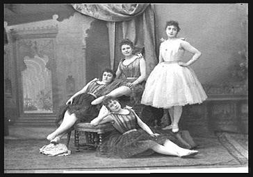 Mlle Garrisson, Mme Becker et Thylda Raphaël, dans 'La et Petite Poucette'