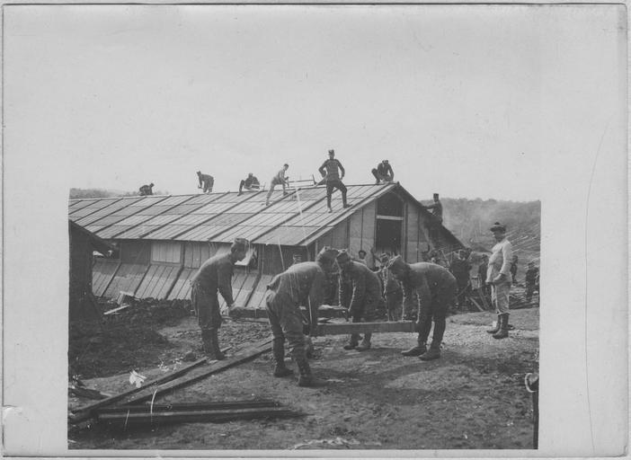 L'organisation des camps (mars - mai 1916) : Camp de Govino. Construction de baraquements pour un hôpital