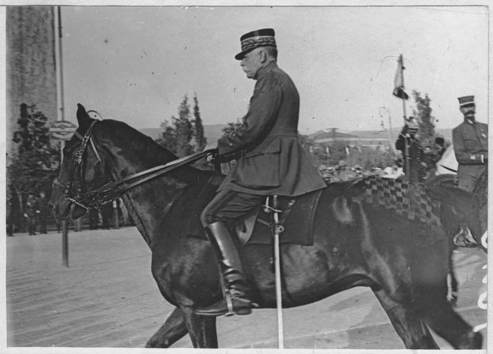 Cérémonie de la remise de la Croix de Guerre à Essad-Pacha sur la place de la Tour-Blanche, par le général Sarrail : Le général Sarrail à cheval