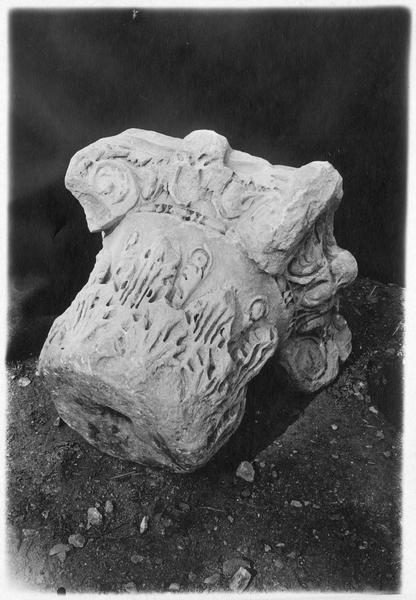 Chapiteau composite romain, trouvé dans les environs de Mikra
