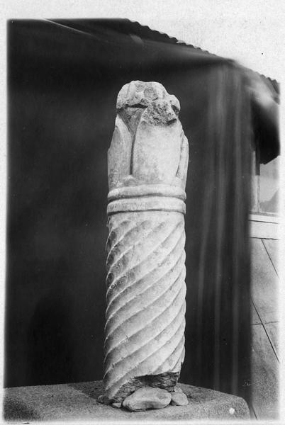 Partie supérieure d'une colonnette torse avec son chapiteau, époque byzantine, Mikra (appartement serbe)