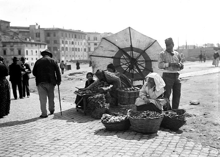Scène de rue, étales de marché : marchandes de fruits et légumes