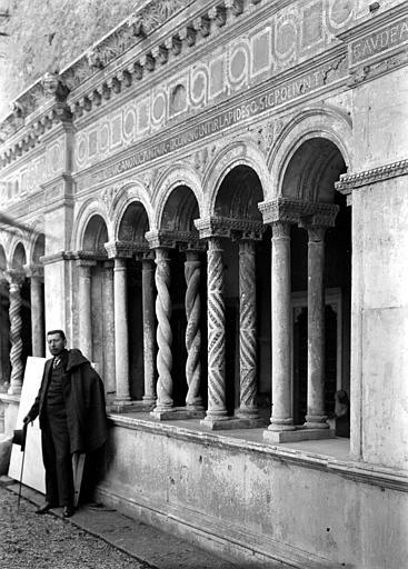 Homme adossé à une colonnette d'un cloître (décor polychrome)