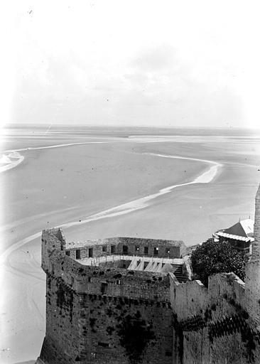 Vue de la baie à marée basse, prise d'une des tours de rempart