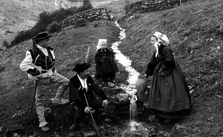 Groupe en costume traditionnel (type Pays Glazik) posant près d'une source