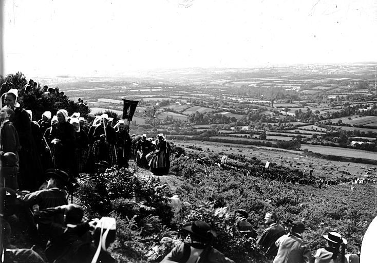 Pardon : pélerins en costume traditionnel s'acheminant vers le lieu de culte, vue d'ensemble de la vallée