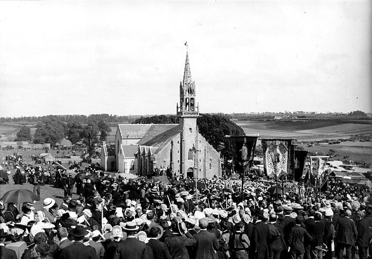 Pardon : pélerins en costume traditionnel assemblés devant la chapelle