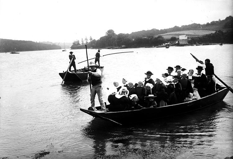 Passeur : groupe en costume traditionnel monté dans une barque pour le passage d'une rivière