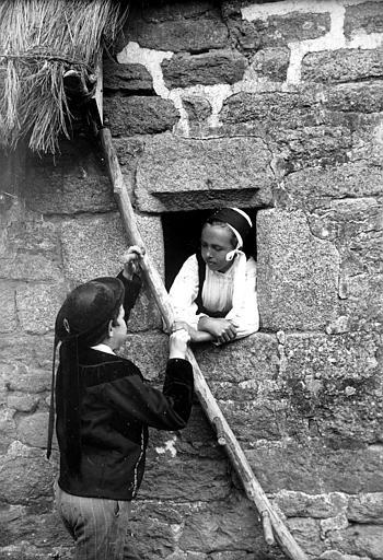 Scène : enfants en costume traditionnel posant autour d'une fenêtre