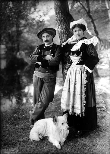 Couple en costume traditionnel posant avec un chien