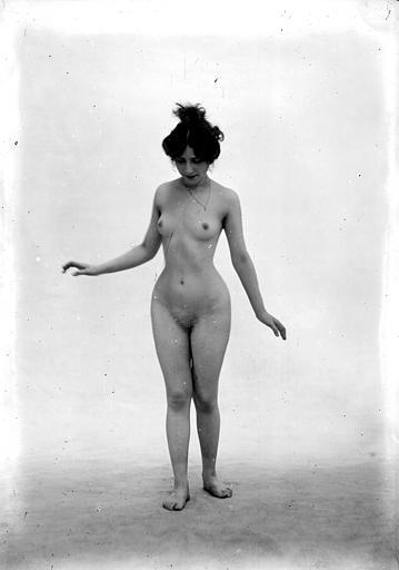 Mise en scène d'un modèle féminin nu : vu de face, cheveux relevés en chignon