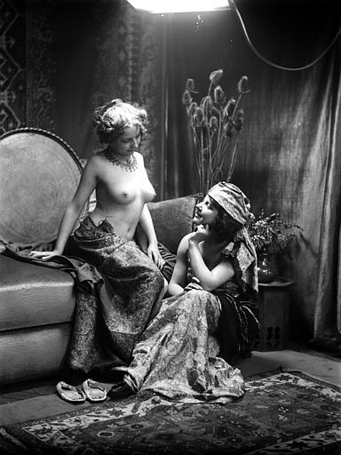 Mise en scène de modèles féminins, scène intimiste, canapé : conversation de femmes