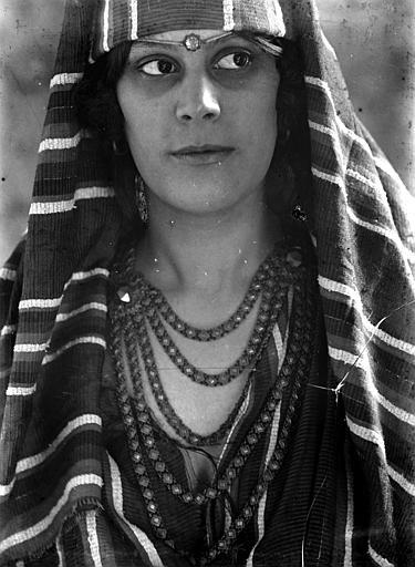 Portrait de femme habillée à l'oriental, vue rapprochée de face