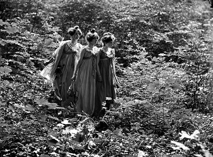Mise en scène extérieure : trois jeunes femmes dans un sous-bois