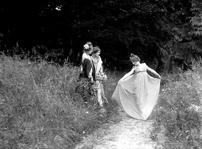 Mise en scène extérieure : trois jeunes femmes sur un chemin, effet de mouvement