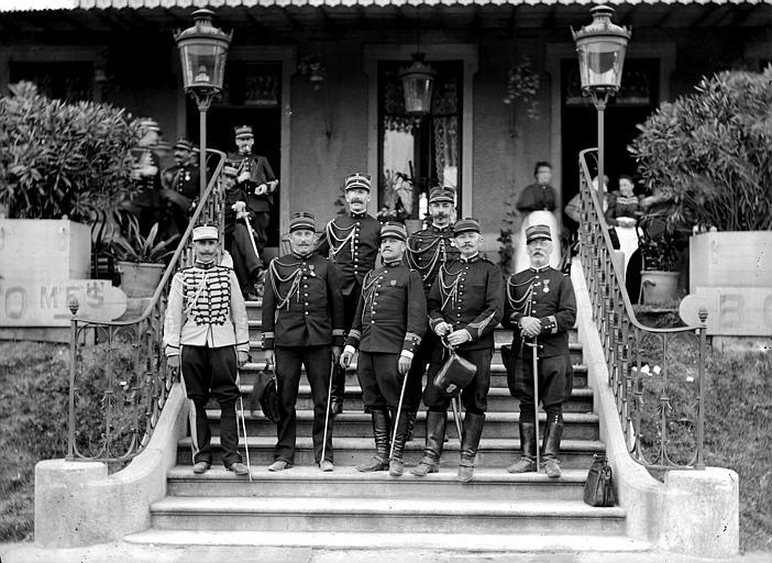Portrait d'officiers, posant sur l'escalier d'un restaurant (supposé)