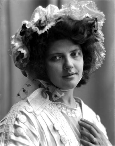 Portrait d'une jeune fille, portant chapeau, vue de trois-quarts face