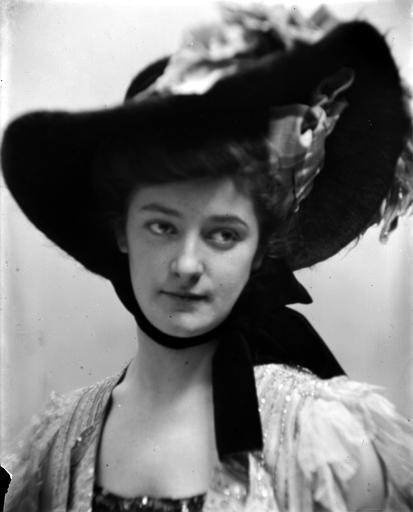 Portrait d'une femme portant un chapeau à larges bords, vue de face