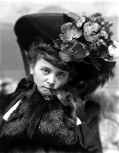 Portrait de femme avec un chapeau et portant un col en fourrure (tête de martre) : tête penchée