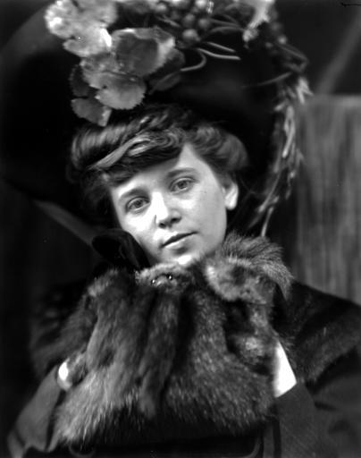 Portrait de femme avec un chapeau et portant un col en fourrure (tête de martre)