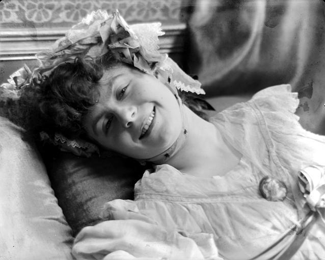 Portrait d'une jeune fille, en chemise, allongée