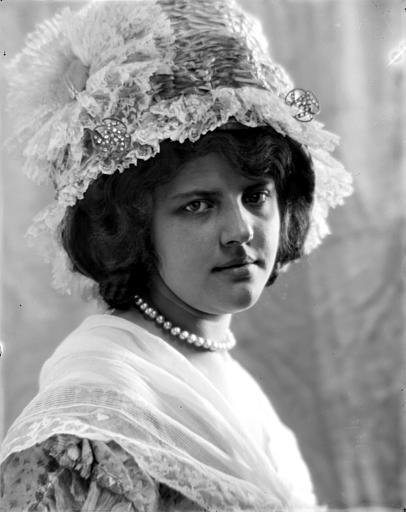 Portrait d'une jeune fille portant un chapeau en dentelle, vue de trois-quarts
