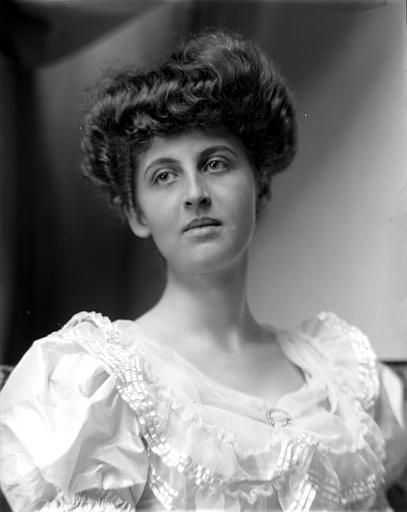 Portrait de femme, de trois-quarts face