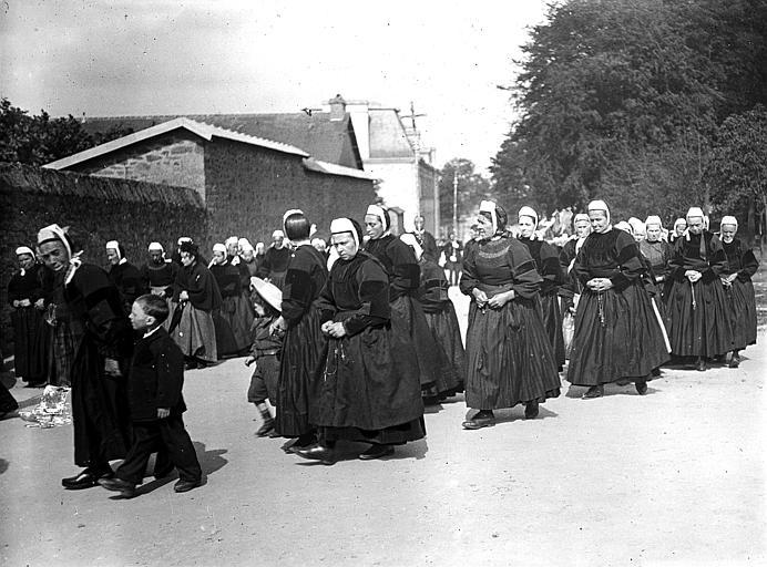 Pardon : procession de femmes et d'enfants en costume traditionnel