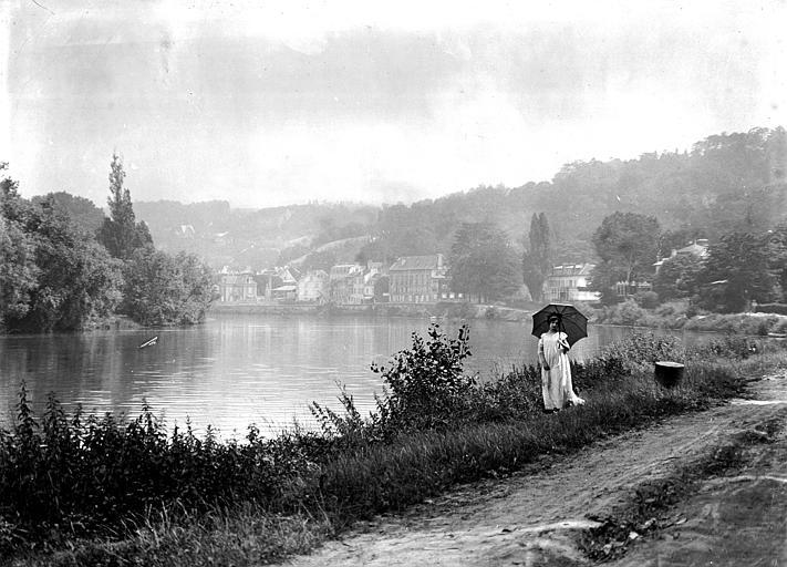 Mise en scène extérieur, paysage : jeune femme posant avec une ombrelle, le long de la Seine, au tournant de Croissy